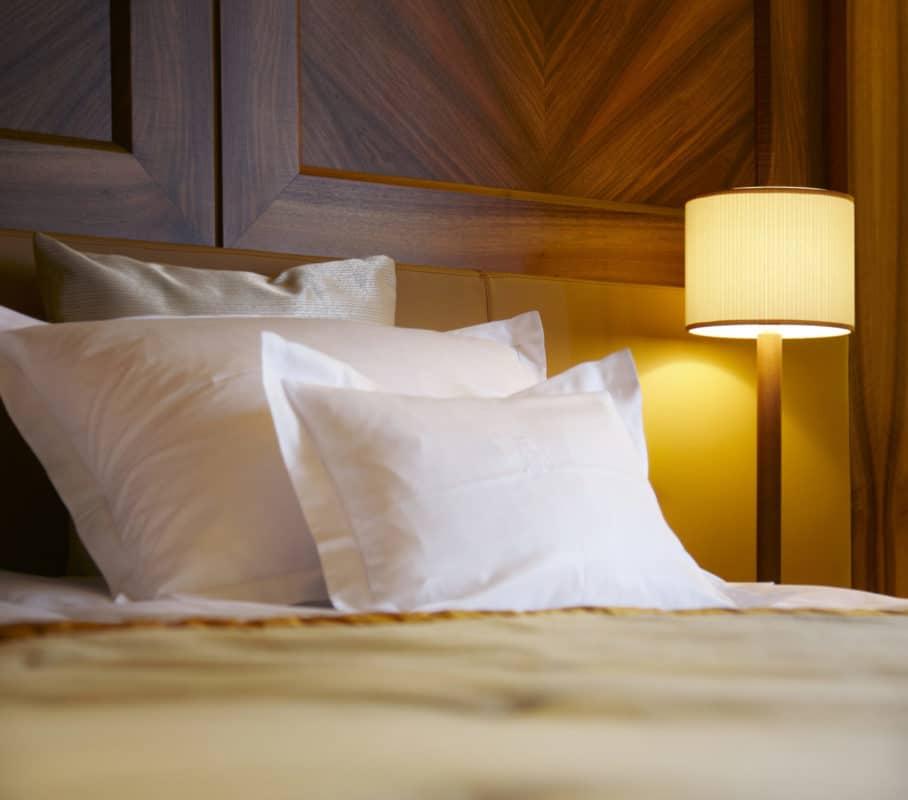 Bett im Schlafzimmer- Schlafhygiene verbessert den Schönheitsschlaf